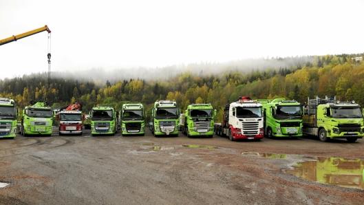 En velassortert bilpark med lastebilkraner og semitrailere står klar for bruk.