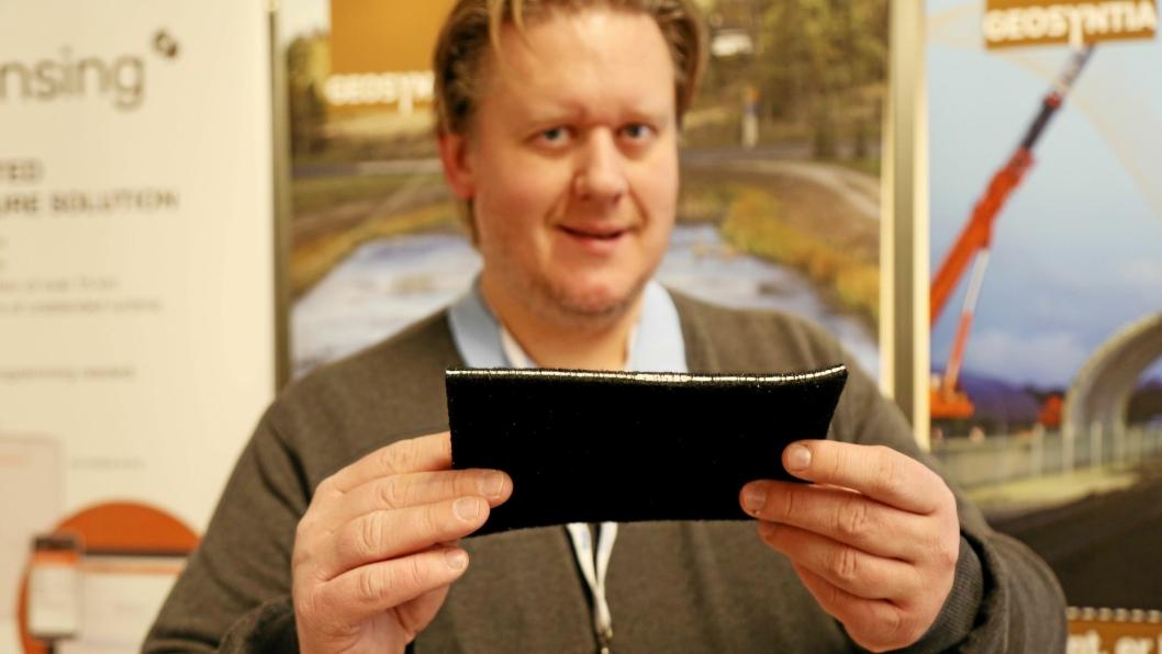 DUKET FOT OPPSAMLING: Thor Erik Johansen i Geosyntia bak et stykke Tektaseal Active duk med aktivt kull.