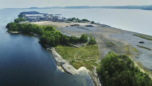 Noahs anlegg på Langøya utenfor Holmestrand er det eneste i Skandinavia som kan håndtere uorganisk og farlig avfall, så når deponiet snart stenger forsvinner samtidig regionens viktigste mottak for flygeaske.