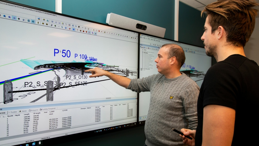 Planleggingen av prosjektet foregår ved hjelp av 3D-modeller fra Gemini Terreng og tett samarbeid mellom prosjekterende, entreprenør og byggherre i såkalte Big Rooms. Fra venstre: Alexander Mosbakk og Eirik Bolstad i Peab Anlegg.