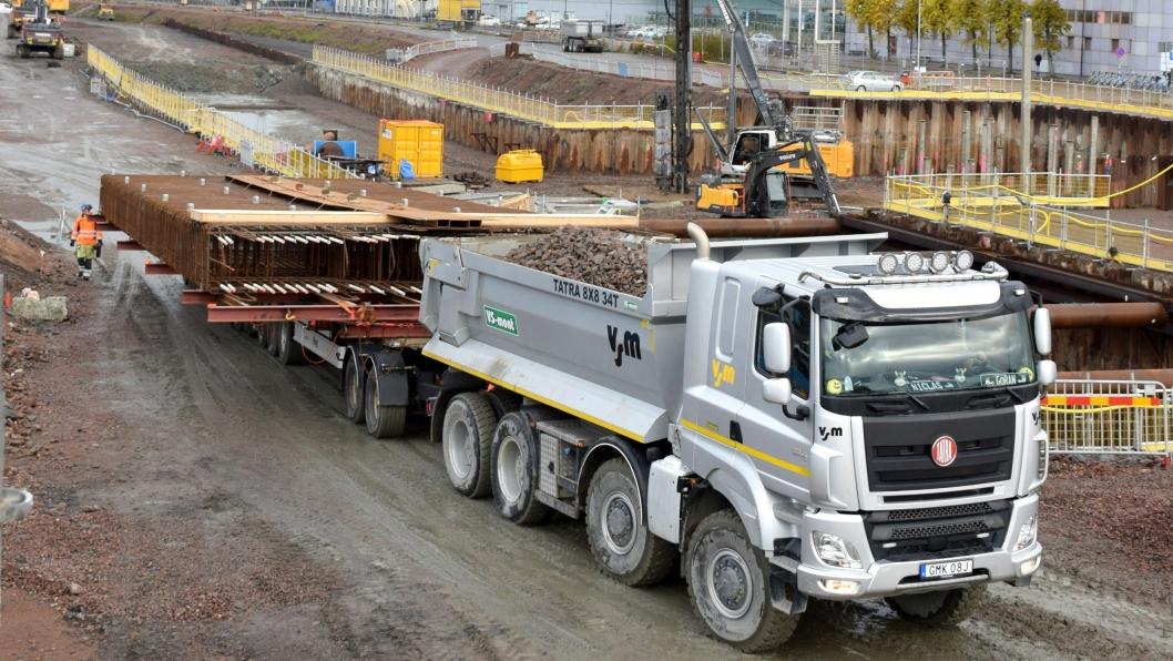 Vogntoget har alene en tjenestevekt på 37 tonn. Med ballast på Tatra-en, stålrammen og armeringskurven, er det 120 tonn som ruller sakte frem på anlegget.
