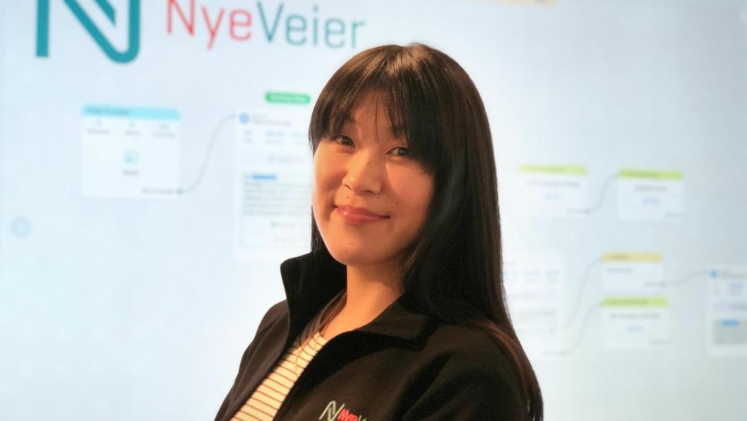 - Nye Veier er først ute i Norge til å bruke Messenger og chatbot-teknologi som informasjonskanal for trafikknyheter., sier Linn Herredsvela, senior kommunikasjonsrådgiver i Nye Veier. Her står hun foran et flytskjema for chatboten.
