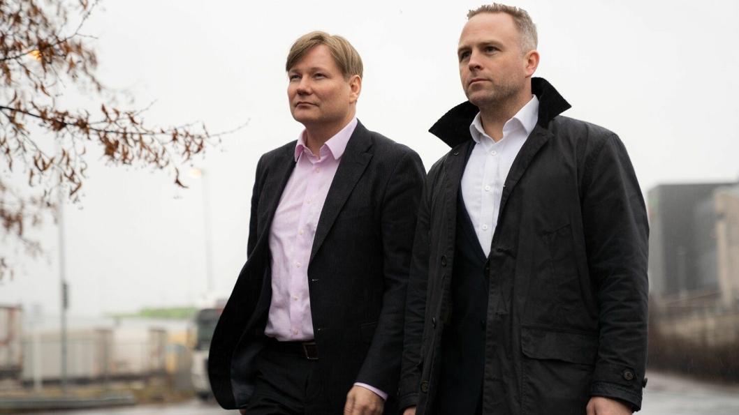 Ole Andreas Hagen, kommunikasjons- og markedsdirektør i PostNord Norge (til venstre) og Petter Lie Axelsen, juridisk direktør i Schenker slår sine pjalter sammen for å finne ut hvor det er lurt å bygge ny terminal i Bergen.