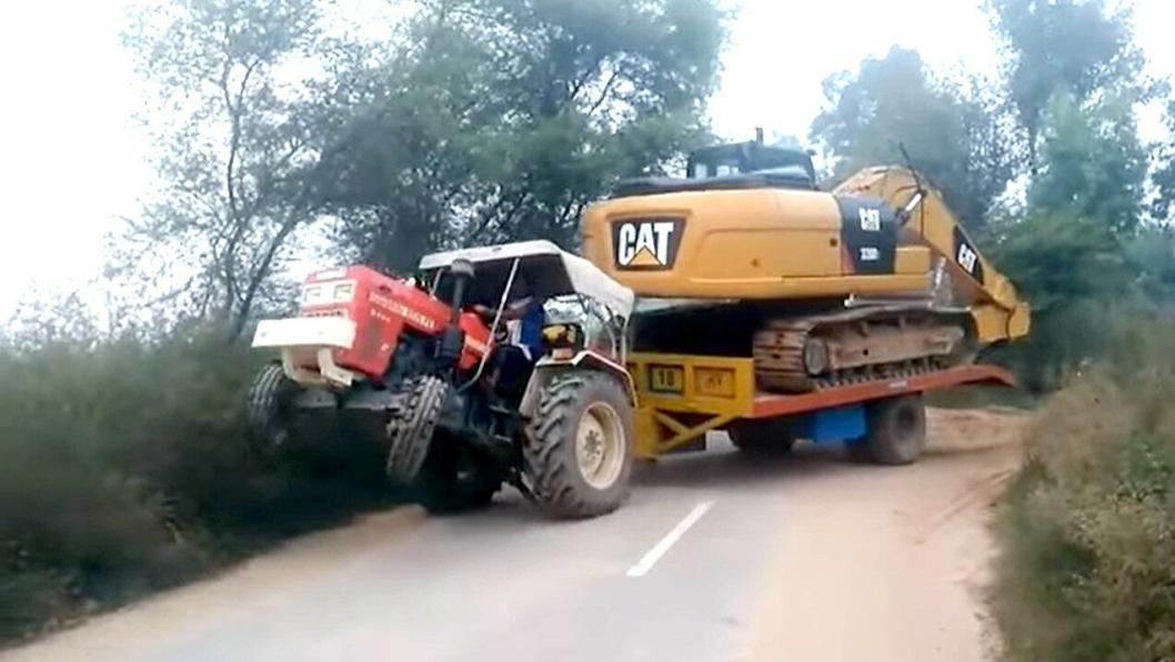 Swaraj 855 FE trekker Cat gravemaskin pa henger