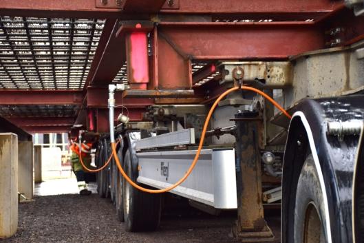 Seks hydraulikksylindere på hengeren som betjenes med ei håndpumpe, støtter opp armeringskurven dersom luftfjæringen skulle svikte.