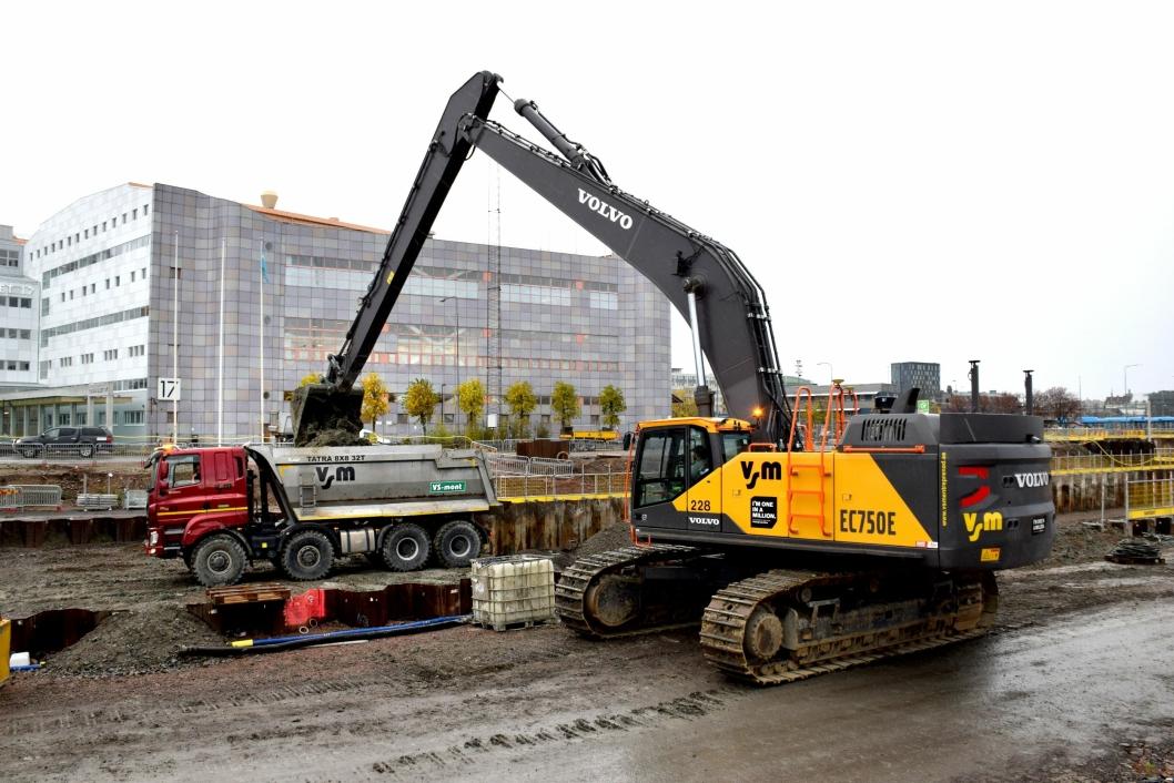 VSMs mektige Volvo EC750E langtrekkende gravemaskin føres av Jannik Nilsson som uten problemer laster en Tatra på lang avstand.