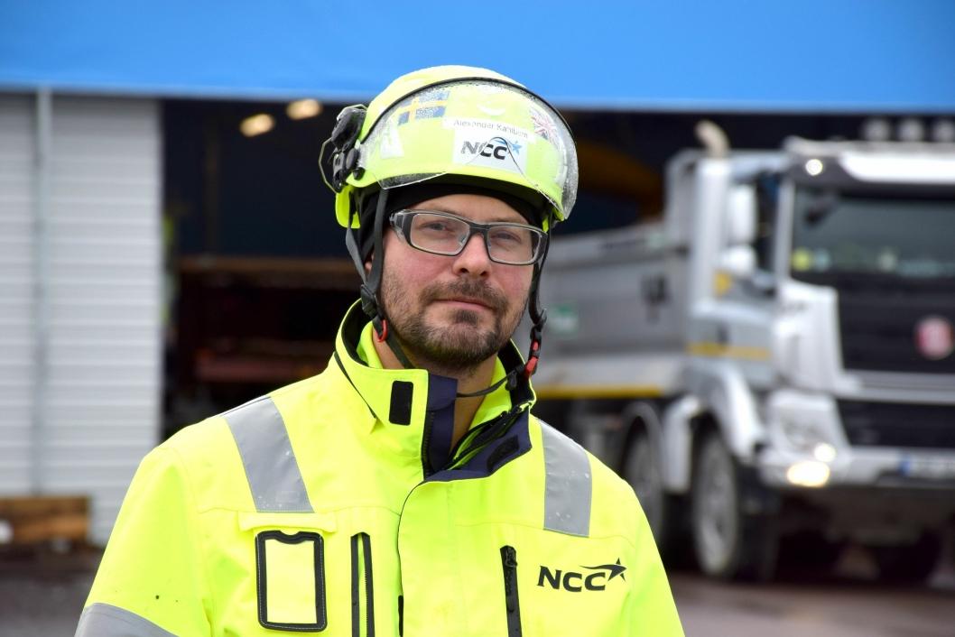 Alexander Kahlbom, arbeidsleder på NCC holder nøye oppsyn med alt fra transporter av armeringskurver til støping.