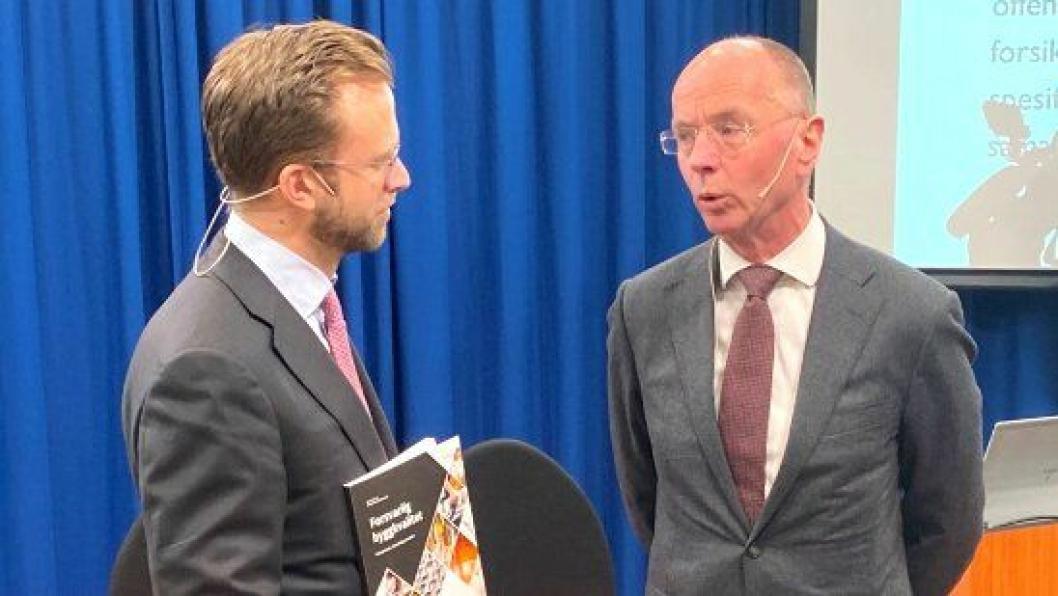Kommunal- og moderniseringsminister Nikolai Astrup (t.v.) mottok rapporten fra utvalgsleder professor Nils-Henrik von der Fehr.