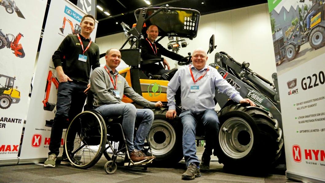 DEN FØRSTE: Sørby Utleie-trioen fra venstre Martin Authen (driftsleder og NK), Erik Sørby (styreleder), Lars Sørby (i hytta, daglig leder) ble første kunde av Giant 2200E. Selger er Karl-Erik Mathiesen (Hymax).