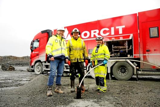 PÅ BESØK: Daglig leder Petter Jensen (f.v.) i Forcit Norway passet på å snakke litt med bulkoperatørene Jan Helge Moe og Siv Irene Wiik da han besøkte Forcit i desember.