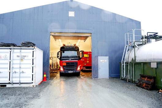 TRANGT: Begge «truckene» får plass under tak her, men det er trangt og plassen utenfor må benyttes til en del oppbevaring.