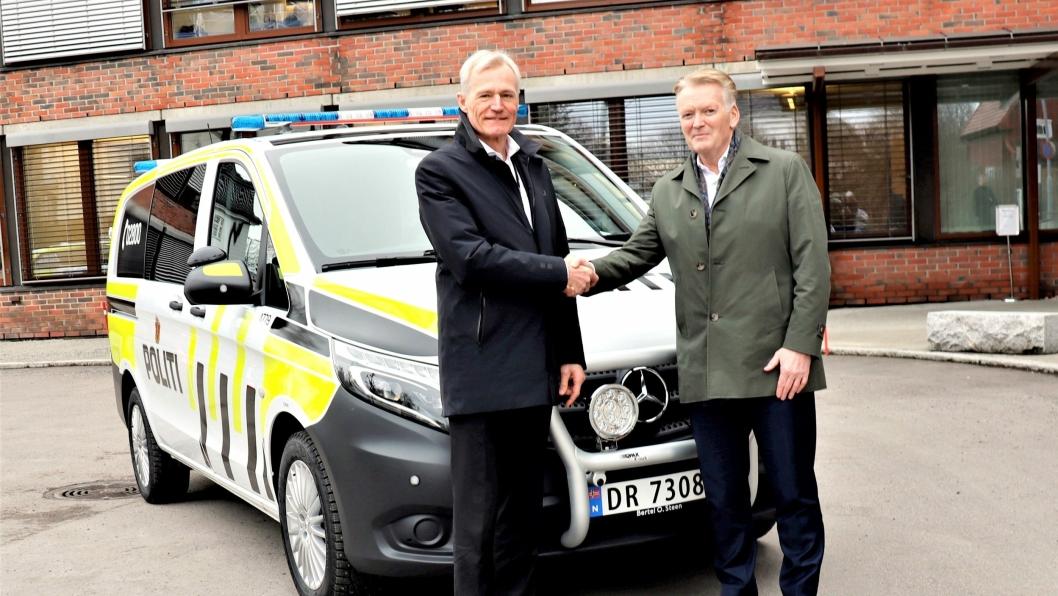 Samarbeidspartnere de neste 7 årene. Direktør Helge Clem (t.v) i Politiets Fellestjenester sammen med konsernsjef i Bertel O. Steen, Bjørn Maarud.