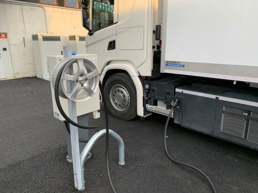 LADESTASJON: Asko har laget en ny ladestasjon til den nye batterielektriske Scania-en.