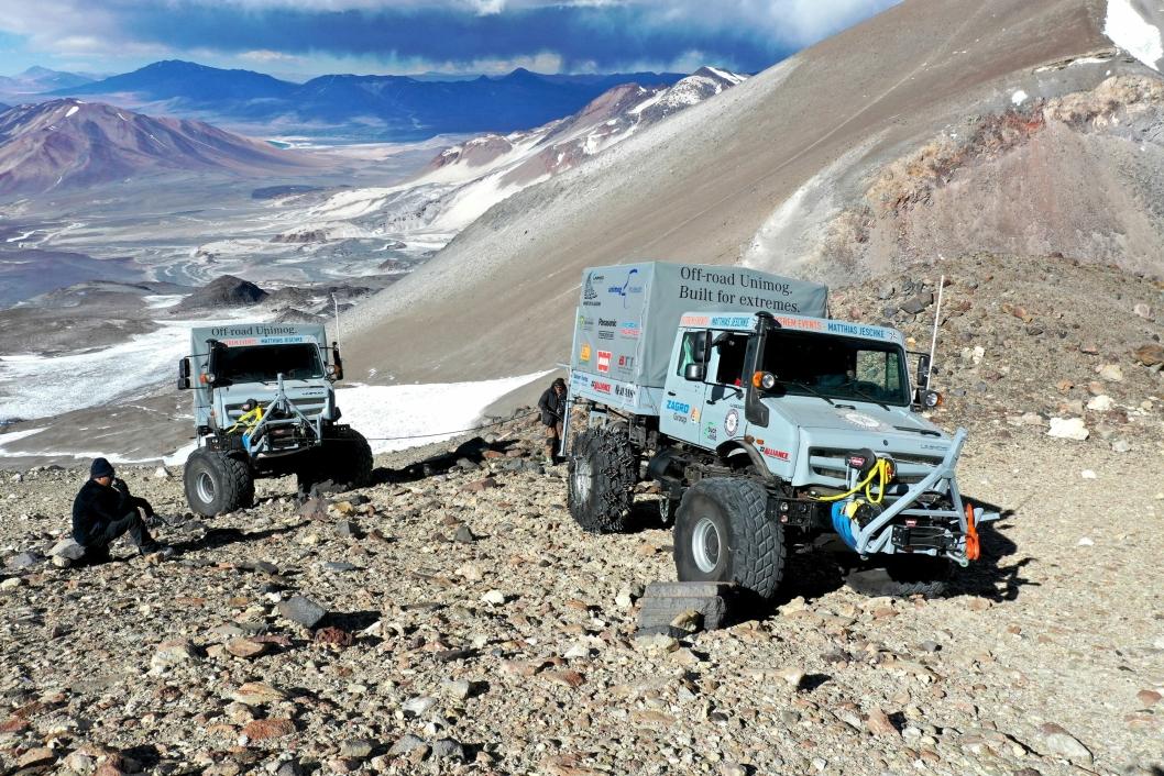 Disse to Unimog U5023-ene hadde i oppdrag å plassere ut fire nødradio-sendere ved høytliggende basestasjoner i fjellet Ojos del Salado i Chile. Deretter satte de verdensrekord for hjulkjøretøy i kjøring høyest over havet. Den ene kom 6694 meter over havet ved å vinsje seg opp under en fjellknaus.