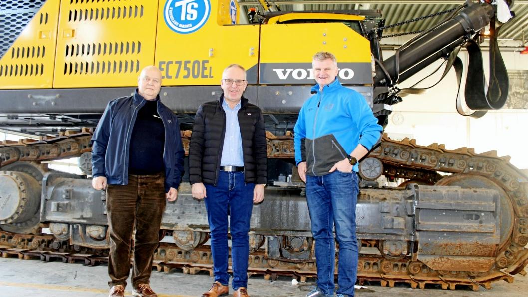 Rett på nyåret ble Volvos 75-tonns beltegraver overlevert med maskinansvarlig Karsten Gryte (fra venstre), Olav Stangeland og Tor Anders Skjæveland tilstede.