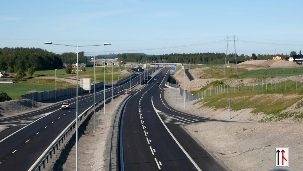 I dag er minimums veibredde på motorvei i Norge 23 meter, med veiskuldre, kjørefelt og midtskille. Nye Veier AS foreslår at det skal være minimum 19 meter, slik at man får bygget mer vei for pengene. Bildet er fra E18 nordover fra Ringdalkrysset i Larvik, der midtskillet er betydelig bredere enn dagens minimumskrav.