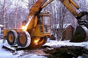 Uvanlig gravemaskin heiser hjulene ved gravearbeid