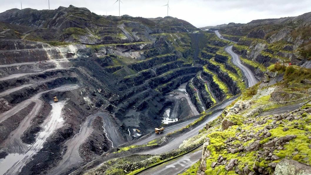Titania AS er Europas største produsent av ilmenitt, et mineral som er utgangspunktet for framstilling av titanhvitt (TiO2). Malmen tas ut i dagbrudd som setter tydelige spor i landskapet, her fra det store bruddet på Tellenes.