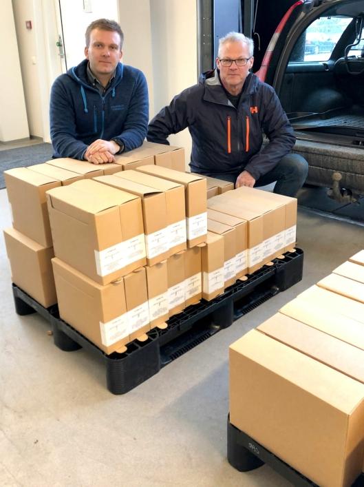 Arkivet til Titania AS på vei inn i Arkivverkets magasiner på Arkivenes hus i Stavanger. Finn Nesvold fra Titania AS (t.h.) leverer arkivet til Eivind Skarung fra Arkivverket.