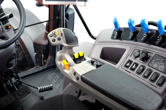 Den nye hytta på traktoren kommer medet helt nytt multifunksjons-armlene med vendegir, motorturtallminne, betjening av trepunkt og automatisk powershift-kontroll.