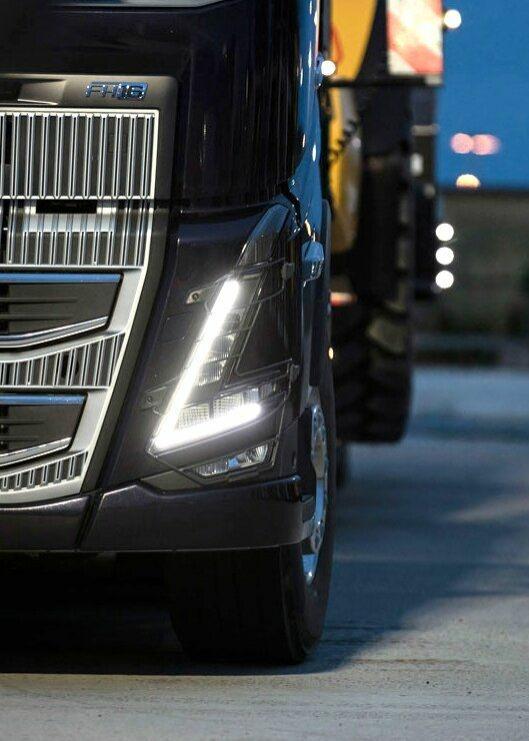 Detalj av lys og grill på nye Volvo FH16.