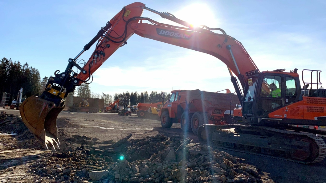 Grunnarbeidene til det nye bygget er startet. Ved spakene i gravemaskinen sitter styreleder i Rosendal Maskin, Kåre Rosendal.