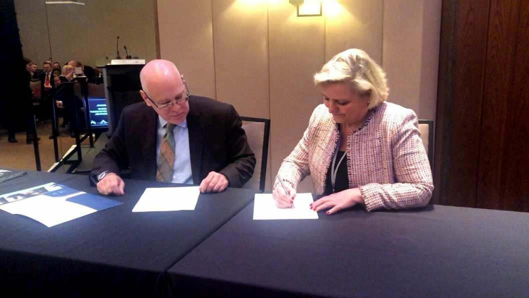 Anita Helene Hall (generalsekretær Norsk Bergindustri) og Pierre Grotton (president and chief executive officer Mining association of Canada) signerte TSM-avtale i Toronto, Canada, i mars 2020.