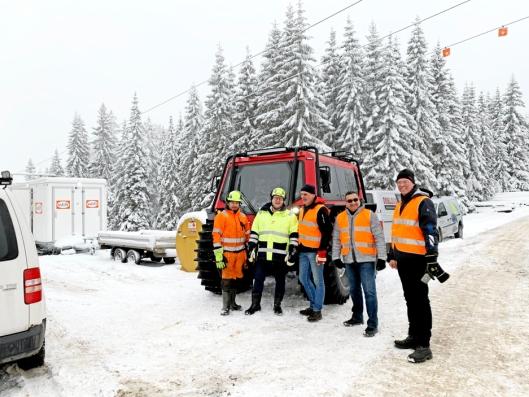TEST: Mannskapet som var med på testen. Fra venstre: Bjørn Olav Engh, (Dobloug Entreprenør AS), Leif Gunnar Jota (Eidsiva Nett AS), Thorstein Ouren (Owren AS), Amine Khimjee (eier av Zeal Motor Inc.) og Trygve Owren (Owren AS).