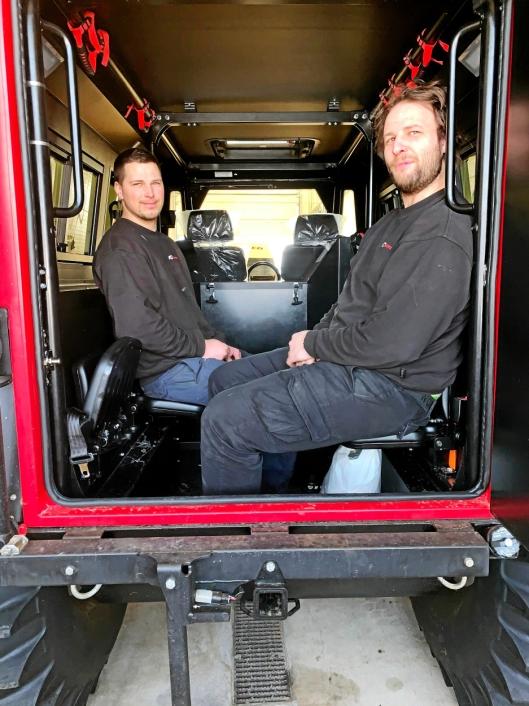 PRØVESITTER: Mekanikerne Ottar Nordsletten (t.v.) og Sindre Kvisberg, Owren AS, prøvesitter de bakerste klappsetene.