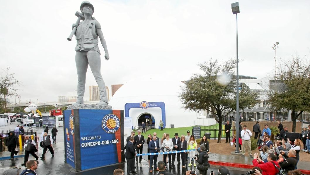 Det er tradisjon at statuer av anleggsarbeidere ønsker besøkende velkommen til Conexpo. I år er en nesten seks meter høy 3D-printet kvinnelig anleggsarbeider, på et tre meter høyt fundament, på plass for å hedre kvinner innen anleggsbransjen.