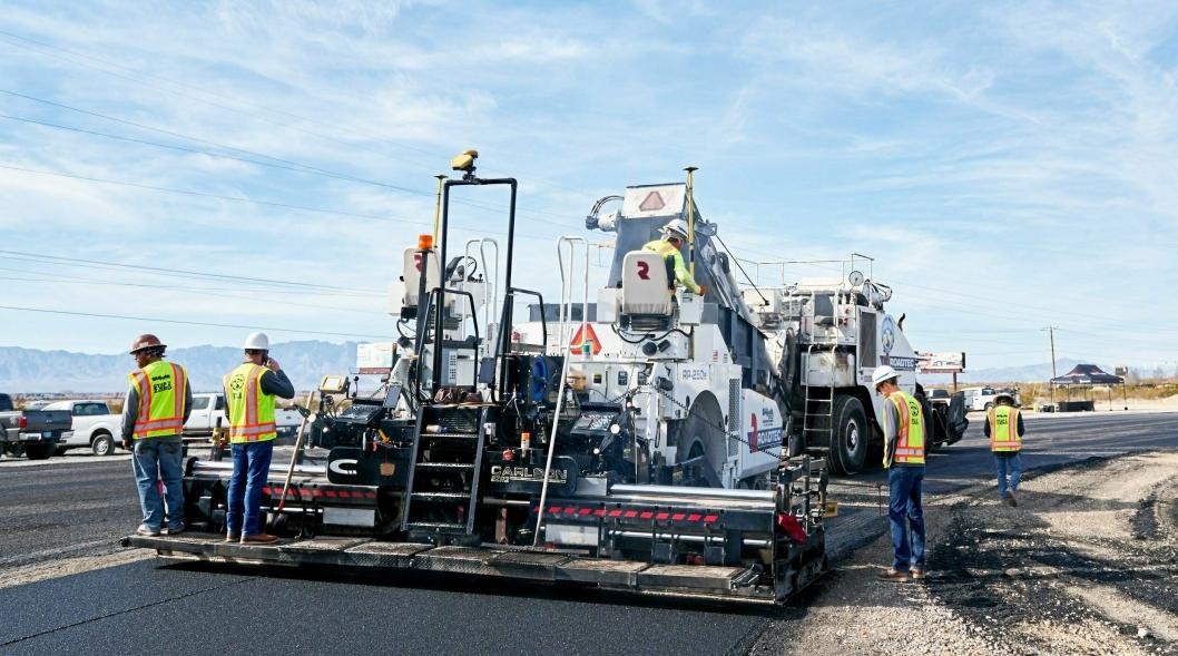 ASFALTLAG: Jobben til et asfaltlag kan være stressende ut fra hva slags tilstand/temperatur det er på asfalten.