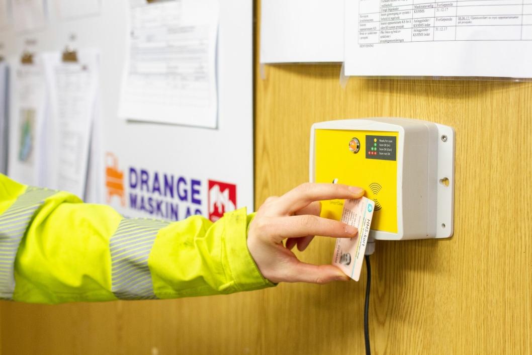 SJEKKER INN: Når de ansatte befinner seg innenfor et anleggsområde scanner de seg inn via SmartDoks byggekortleser. Det er også mulig å bruke appen til å gjøre det samme. I tillegg finnes det en egen SmartDok UE-app for underleverandører.