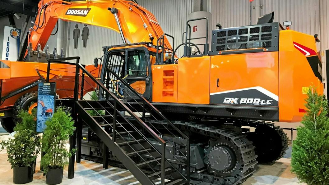 STØRSTE: Nye DX800LC-7 på 80 tonn er den største gravemaskinen fra Doosan.