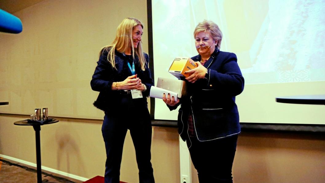 MEF ønsker hjelp fra regjeringen ved at kommuner og fylkeskommuner får ekstra midler til å gjennomføre nødvendige vedlikeholdsoppgaver for å stimulere lokalt næringsliv. Det skal motvirke den økonomiske nedgangen som kommer på grunn av korinaviruset Covid-19. Bildet er fra Arctic Entrepreneur 2020, da adm. direktør Julie Brodtkorb i MEF overrakte en gave til statminister Erna Solberg etter hennes innlegg fra talerstolen.