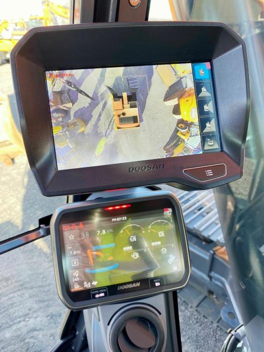 NY SKJERM: De nye skjermene i førerhuset er av høy kvalitet. Optimalt for føreren og trygt for folk som beveger seg rundt maskinen.