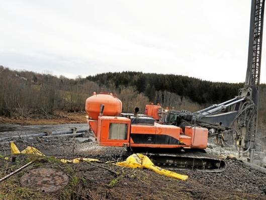 BORERIGGEN: Beholderen bygd på bakstussen av boreriggen rommer 240 liter kalkstabiliseringsmasse.