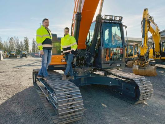 KVALITET: Tor Anders Høgaas og Anders Nordli er sikre på at de nye Doosan-maskinene blir godt mottatt i markedet.