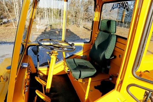 ENKELT: Sete fra en Sisu (pansret kjøretøy) og ratt fra en gammel M621 militær lastebil, er montert i maskinen.