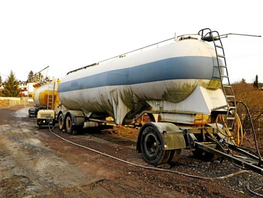 KALKFORSYNINGEN: Ferdigblandet brent kalk og sement fra Norcem ble transportert av Sørum Transport til rasstedet.