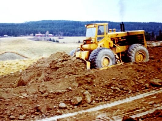 HISTORISK SUS: Her er Godzilla i gang med grunnarbeidene for bygging av Skjettenbyen på Romerike på 70-tallet.