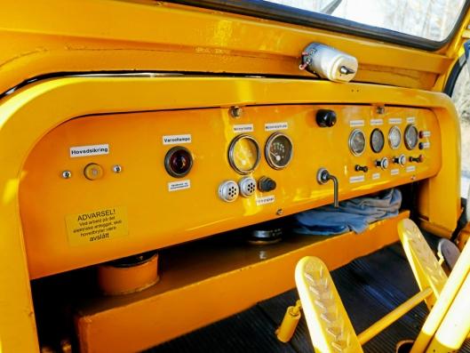 Det er enkelt og solid dashbord i hjuldozeren, som ble levert uten hytte på 60-tallet.