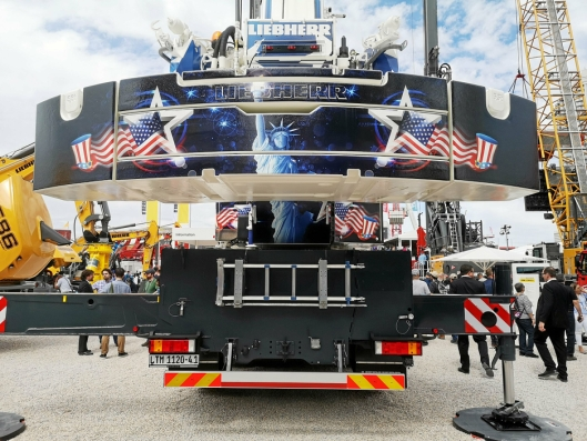 TØFT: Liebherr viste noen godt dekorerte kraner og andre maskiner på Conexpo. Amerikanerne liker sånt.