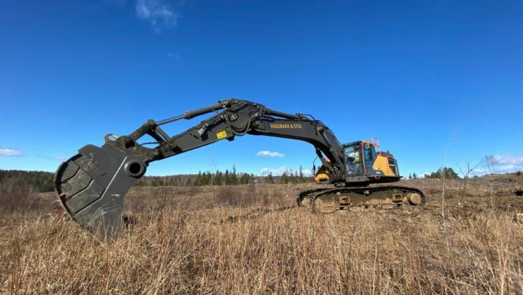 Her starter gravemaskinfører Trygve Åsen (64) fra Bømlo gravearbeidet på ny E16 i Jevnaker.