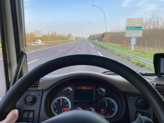 Det er utrolig stille på motorveien i Frankrike kl 08.00 en torsdag, forteller Fabien.