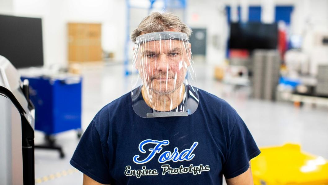 Ford kaster seg innbitt med i kampen mot koronaviruset og legger om til produksjon av ansiktskjermer og respiratordeler.