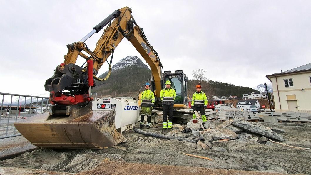 J.O. Moen Anlegg AS er i gang med grunnarbeidene til gondol i Åndalsnes sentrum. Arbeiderne stilte velvillig opp på et bilde på forespørsel fra AT.no. Fra venstre: Kristoffer Nikolaisen, Chris Leo Lysgård og Jarle Johan Skamfer.