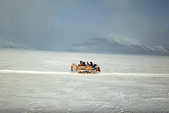 Hæhres D11-dozer på langtur på Svalbard