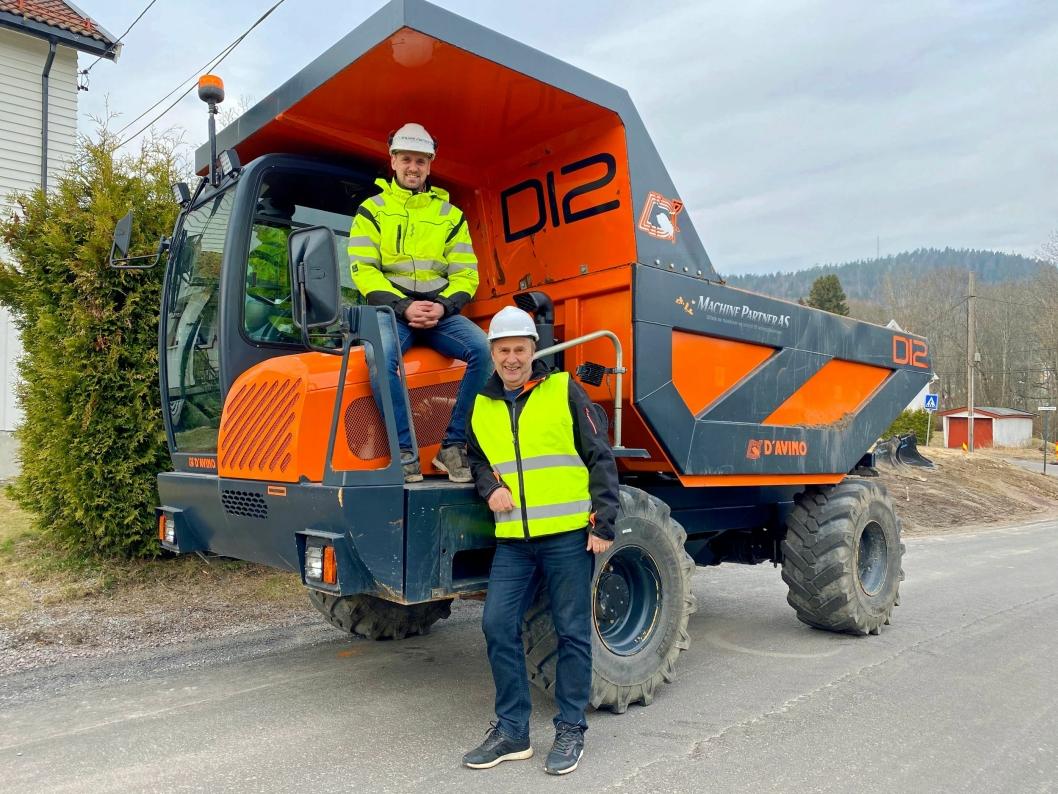 MACHINE PARTNER: Daglig leder Steinar Hansen (foran) og salgsansvarlig Ole-Kristian Bonstad skal få sving på dumpermerket D´Avino i Norge.