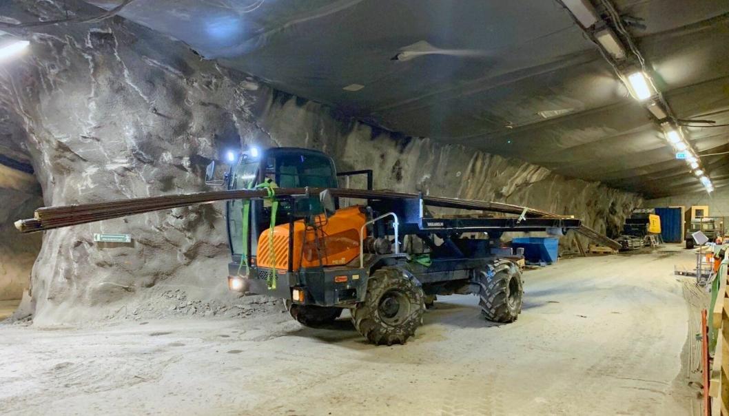 FLERE MULIGHETER: D12-maskinen kan også brukes til frakte 12 meters armeringsjern. Lasteflak er nemlig et tilvalg på denne maskinen.