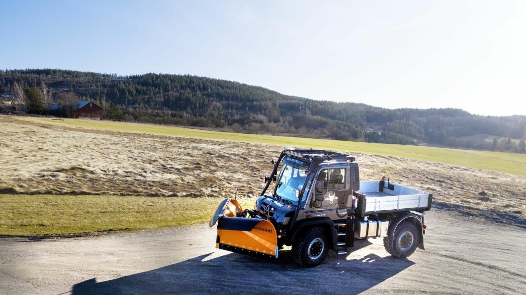 Snøplog i forskjellige utførelser er av det mest brukte tilbehøret til Mercedes-Benz Unimog. Nå er den tilbake som traktor. Det vises av velteburet rundt hytta.